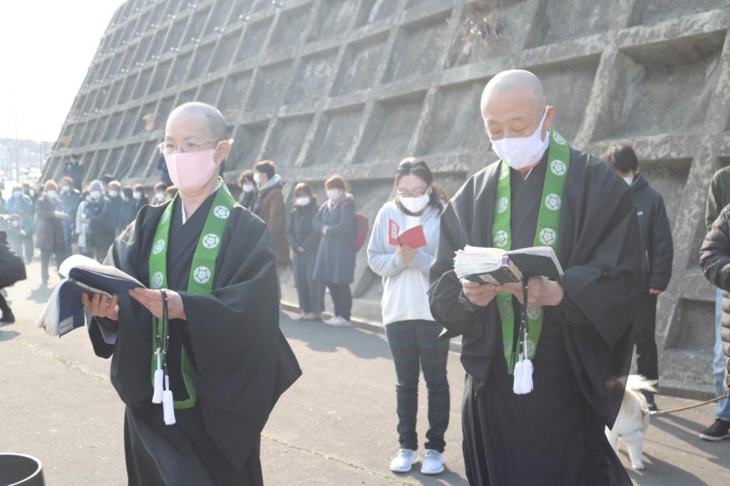 女川町で法要を勤める阿部師(左)と江口師